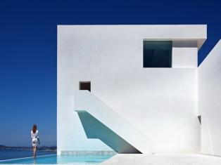 Дом на скале над Средиземным морем